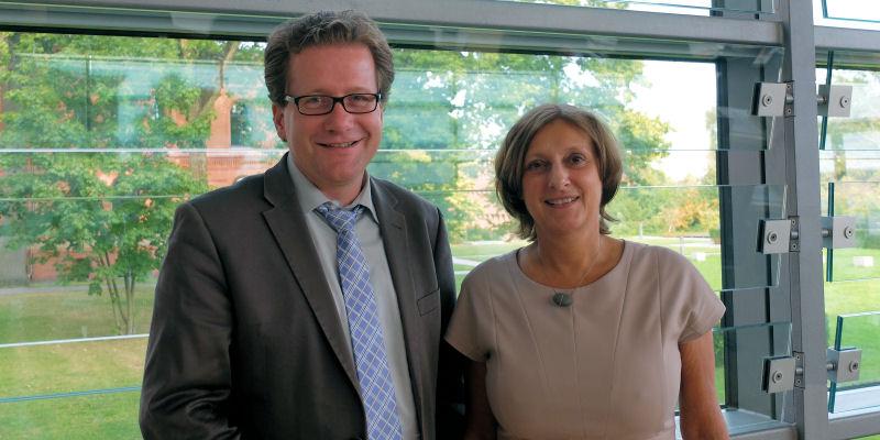Foto: Martin Habersaat und Britta Ernst am Rande einer Landtagssitzung in Kiel