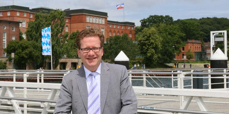 Martin Habersaat vor dem Kieler Landeshaus