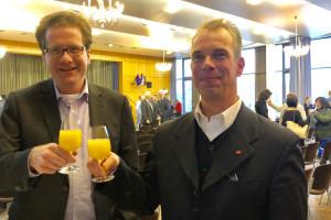 Foto: Martin Habersaat und Glindes SPD-Vorsitzender Okke Wismann stoßen auf das neue Jahr an.