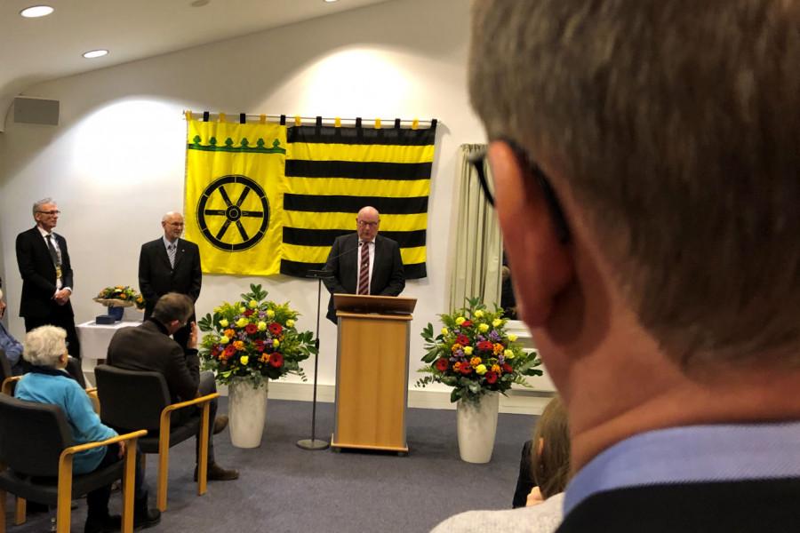Björn Warmer beobachtet die Ehrung seines Vaters