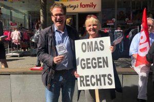 Foto: Abgeordneter und Omas gegen Rechts